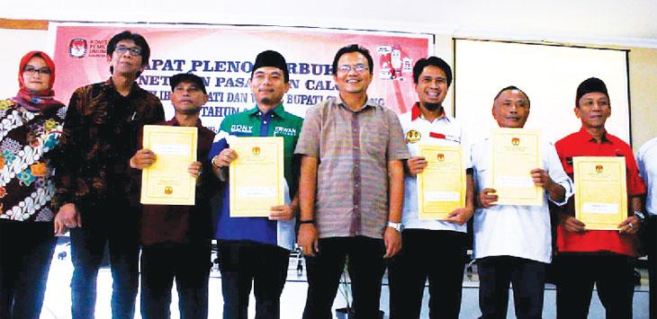 FOTO BERSAMA: Ketua KPU Sumedang Hersa Santosa (tengah) berfoto bersama dengan para Liason Officer (LO) calon Bupati Sumedang, di Aula KPU, Senin (12/2/18). PANJI / RADAR SUMEDANG
