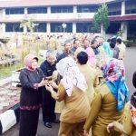 KOMPAK: Bupati Nurhayanti bersalaman dengan para pegawai di lingkungan Pemkab Bogor usai memberikan arahan agar meningkatkan kinerja, beberapa waktu lalu.
