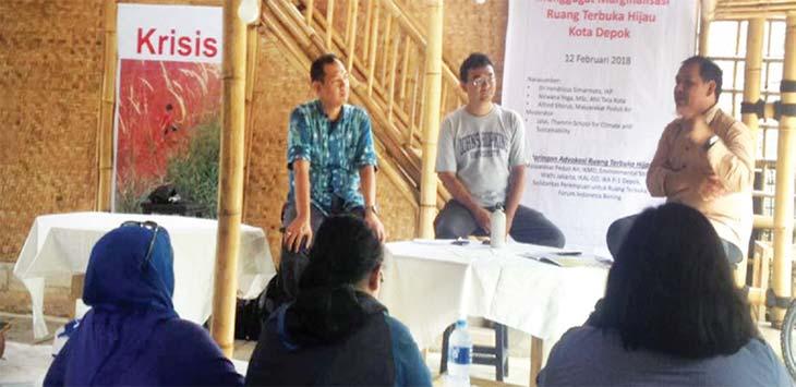 DISKUSI: Para pegiat lingkungan dari RTH Movement mengelar diskusi di Jalan Raya Citayam, Kelurahan Bojong Pondok Terong, Kecamatan Cipayung, belum lama ini. Irwan/Radar Depok