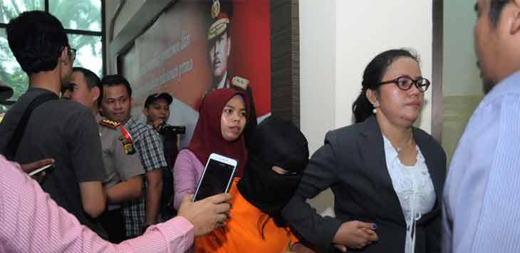 Pelaku penipuan arisan daring, Dessy Sitanggang digiring petugas saat ungkap kasus di Polres Metro Bekasi. Foto Ariesant/Radar Bekasi