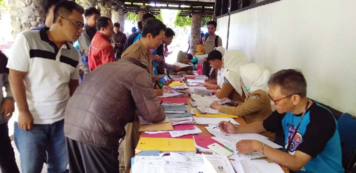ANTRE : Warga Kota Bandung pada saat mendaftar pembuatan eKTP di kampus ITB Bandung, Senin (26/2/18). AZIS ZULKHAIRIL/RADAR BANDUNG