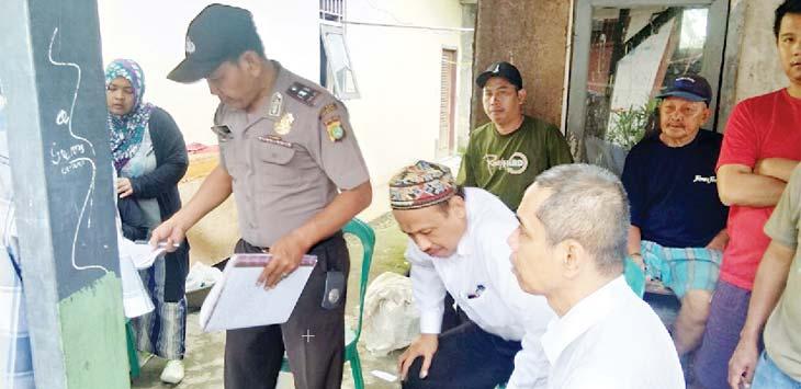 GEGER : Penemuan mayat membusuk di dalam rumah membuat geger warga Kelurahan Mekarsari,Cimaggis Depok rabu (21/2/18).Wahyu Saputra/Metro Depok