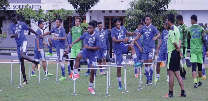 LATIHAN: Skuad Persib Bandung mulai kembali melakukan training pemusatan latihan menyongsong pada Liga musim 2018 di lapangan Sesko AD, Jalan Gatot Subroto, Kota Bandung, Selasa (30/1/2018). KHOLID/JOB/RADAR BANDUNG