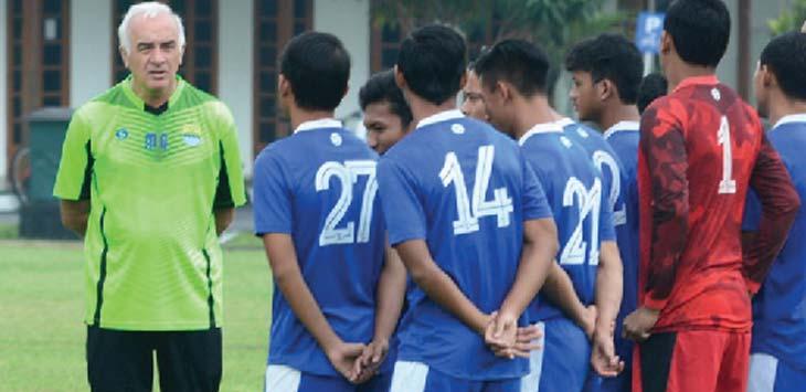 MEMBERI ARAHAN: Mario Gomez sedang memberi arahan kepada tim Persib Bandung saat latihan.Ist