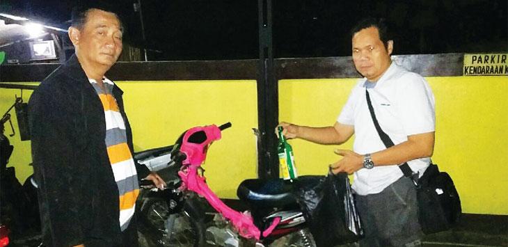 BARBUK: Anggota Polsek Cimanggung berhasil menyita beberapa botol miras dari hasil penggerebekan pesta miras. TOHA HAMDANI/RADAR SUMEDANG