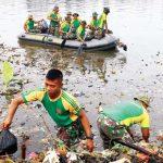 DIBERSIHKAN : Sejumlah personil Divisi Infanteri 1 Kostrad sedang membersihkan material sampah yang memenuhi Situ Cilodong, jumát (23/2/18). Ahmad Fachry/Radar Depok