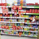 SIDAK: Petugas dari Dinas Kesehatan Kota Depok sedang memeriksa beberapa obat yang dijual di salah satu supermarket, ITC Depok, senin (5/2/18). Ahmad Fachry/Radar Depok