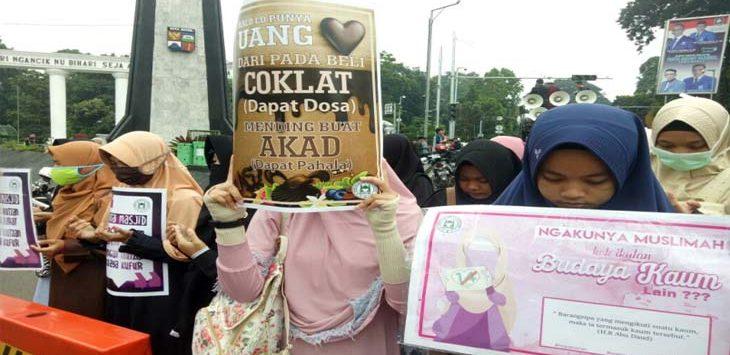 AKSI: Ratusan remaja dan mahasiswa berunjuk rasa tolak Valentine day di Tugu Kujang, Selasa (13/2/18). Doni/Radar Bogor