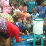 Warga tampak berebut air sumur tua di Desa Tegalwangi, Kecamatan Weru, Kabupaten Cirebon, yang ditemukan beberapa minggu kemarin. Foto: Alwi/pojokjabar.com.