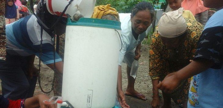 Warga sedang mengambil air dari sumur tua diduga memiliki unsur keramat di halaman rumah Ruswiyanto (50), Blok Maju, Desa Tegalwangi, Kecamatan Weru, Kabupaten Cirebon. Foto: Alwi/pojokjabar.com.