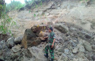 Seorang anggota TNI saat menunjukan lokasi Hanafi tertimbun longsoran Material Tanah Galian C./Foto: Ade
