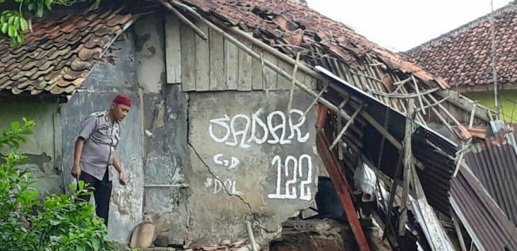 Curah hujan yang mengguyur Bogor sejak beberapa hari ini membuat tanah di Kampung Carangpulang Rt 02/07, Desa Cikarawang Dramaga mengalami longsor.