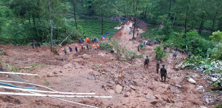 Longsor yang terjadi di kawasan Riung Gunung diperkirakan masih ada yang terjebak timbunan tanah longsor/foto: ikhsan