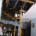 Rasa kekhawatiran dan ketakutan melanda keluarga Atang Setiawan setelah atap rumahnya ambruk, Kamis (8/2/2018) pagi pukul 09.00 WIB.
