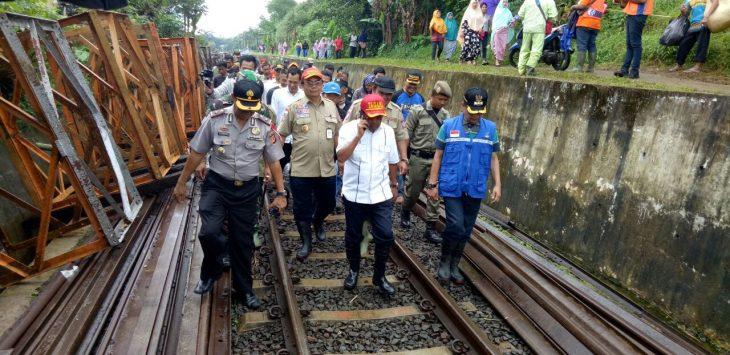 Mensos Idrus Marham kunjungi korban bencana di Kampung Maseng./Foto: Unang