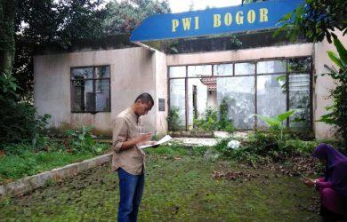 Seorang lelaki dan seorang perempuan tampak sedang beraktivitas di depan kantor PWI Kota Bogor./Foto: Adi