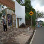 Penjaga vila di Puncak kangen suara klakson yang belakangan mulai jarang karena kendaraan sepi melintas.