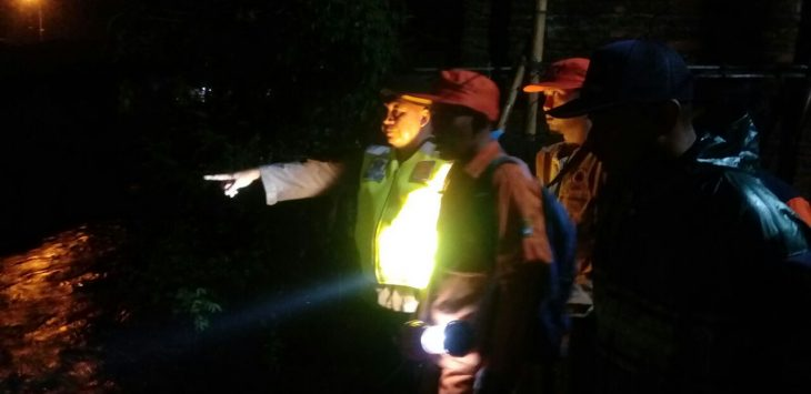 Kepolisian sektor (Polsek) Kedawung dibantu Basarnas dan warga sedang menyisir keberadaan AR (21), korban tenggelam di sungai Gresik/Foto: Alwi/pojokjabar