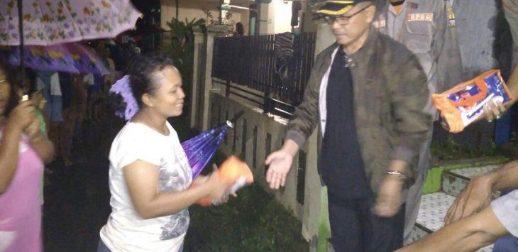 ekretaris Daerah (Sekda) Asep Dedi (berkacamata) saat memberikan bantuan kepada warga korban banjir Kota Cirebon/Foto: Alwi/pojokjabar