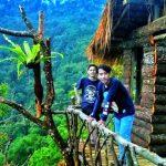 INSTAGRAMABLE: Dua pengunjung berada di salah satu rumah panggung di atas ketinggian di Leuwisadeng. RANI/RADAR BOGOR