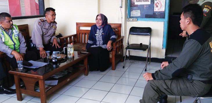 KOORDINASI: Perwakilan Polres Sumedang saat berkoordinasi dengan Camat Tanjungsari terkait penjagaan pondok pesantren dari ancaman penganiayaan terhadap para ulama. TOHA HAMDANI/RADAR SUMEDANG