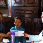 PEDULI SOSIAL: Anggota Paguyuban Peduli Cianjur (PPC) memberikan batunan kepada Risma yang menderita tumor di pelipis mata. Foto: Fadilah Munajat/Radar Cianjur