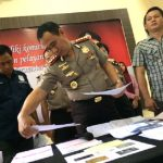 Kapolres Metro Bekasi Kombes Candra Sukma Kumara saat memeriksa barang bukti penipuan arisan online.Enriko/Pojokjabar