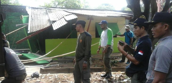 Para petugas Satpol PP Kota Cirebon sedang membongkar salah satu warung di area stadion Bima Kota Cirebon. Dalam pembongkaran tersebut, tidak ada perlawan berarti dari para PKL. Foto: Alwi/pojokjabar.com.