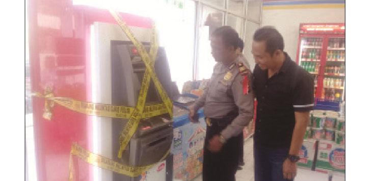 TKP: Kasat Reskrim Polres Sukabumi Kota, AKP Budi Nuryanto saat melakukan pengecekan ATM yang di bobol maling di Indomart di Kampung Selaawi, Desa Warnasari, Sukabumi, beberapa waktu lalu.