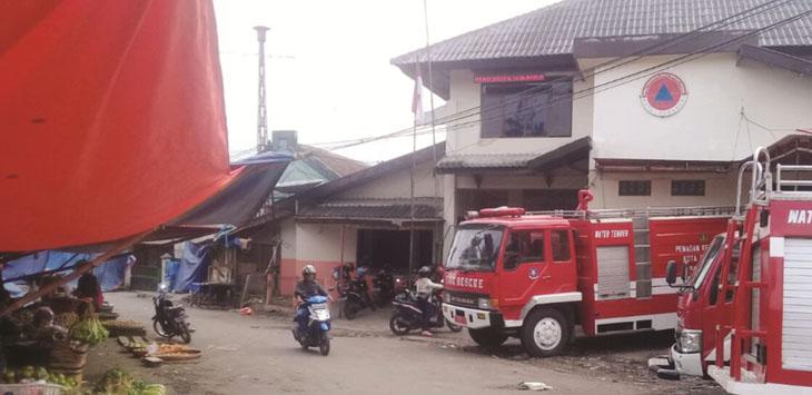 KURANG STRATEGIS: Beginilah suasana kantor BPBD Kota Sukabumi yang berada di tengah-tengah pasar tradisional di Jalan Julius Usman, Nyomplong, Kecamatan Warudoyong, Kota Sukabumi.