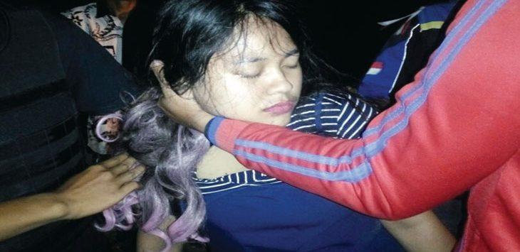 NEKAT: Siti Nurlaela, remaja putri yang nekat ingin loncat ke Kali Licin diselamatkan warga. Aji Hendro/Metro Depok