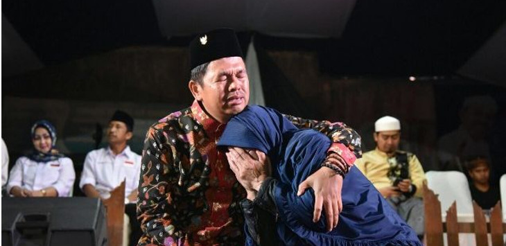 Bakal calon Wakil Gubernur Jawa Barat Dedi Mulyadi bertemu dengan seorang ibu tua yang masih konsisten menghidupi ibunya./Foto: Istimewa