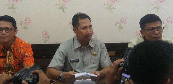 Pjs Walikota Cirebon, Dedi Taufikkurohman saat dimintai keterangan terkait banjir yang selama ini melanda Kota Cirebon. Foto: Alwi