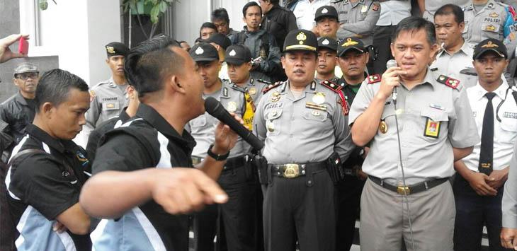 ORASI: Puluhan massa dari Cianjur Aktivis Indepndent (CAI) mendemo kantor Badan Pertanahan Nasional (BPN) Kabupaten Cianjur, Senin (12/2). Mereka meminta kejelasan sejumlah alih fungsi lahan pertanian yang menjadi industri atau perumahan.