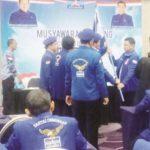 MUSCAB: Ketua DPC Partai Demokrat Kabupaten Sukabumi terpilih periode 2018-2023, Hendar Darsono menerima bendera pataka sebagai simbol.