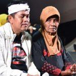 Calon Gubernur Jabar 2018 Dedi Mulyadi saat bercengkerama dengan warga Desa Cengkong, Kecamatan Purwasari, Kabupaten Karawang, Rabu (31/1) malam./Foto: Pojoksatu.com