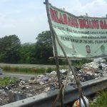 Tulisan dilarang buang sampah yang sampai saat ini masih berdiri tegak, menyebabkan tumpukan sampah di jalan Flyover tersebut pengguna jalan mengeluh dengan bau menyengat yang dihasilkan dari tumpukan itu. Foto: Alwi/pojokjabar.com.