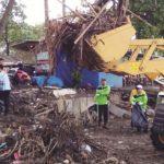 Alat berat milik Dinas Perumahan Permukiman dan Kebersihan (Perkimsih) Kabupaten Sukabumi tengah membersihkan sampah di Pantai Citepus.