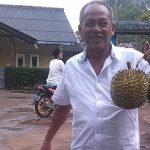 PANEN: Warga tunjukan durian khas Leuwikoja.
