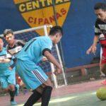 LIGA: Tim Akademi Futsal Hadi Jaya (kaos merah) dan CU (biru) saat bertandingan di Gor Central Cipanas. FOTO: SARAH ASIFA/RADAR CIANJUR