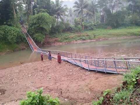 Jembatan gantung di Kampung Padangsari Desa Karyamukti, Kecamatan Leles, Kabupaten Cianjur yang baru selesai dibangun ambruk, Sabtu (3/2/2018), pukul 23.00 WIB.