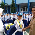 PEMBERIAN MENDALI: Pemberian mendali dan piagam oleh Kepala SMP Islam Kreatif Muhammadiyah Suroto saat upacara bendera hari Senin. FOTO: SARAH ASIFA/RADAR CIANJUR