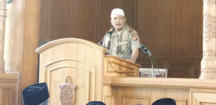 IMBAUAN: Kapolres Sukabumu, AKBP Nasriadi menyampaikan imbauan di hadapan jamaah salat Jumat di Masjid Agung Palabuhanratu.