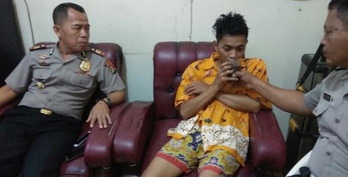 Korban pencurian dengan kekerasan diberi minum saat berada di Polsek Tambelang.Istimewa