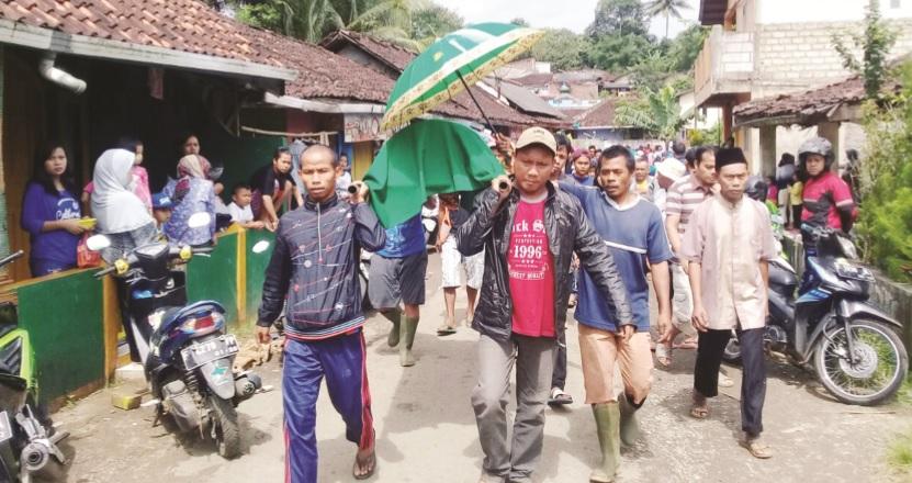 DIKEBUMIKAN: Jenazah Ismi Sahrotul Sita (8) saat dibawa ke tempat pemakaman umum, yang tak jauh di rumah duka, Kampung Pancalikan RT 3/15, Desa Sekarwangi, Kecamatan Cibadak.