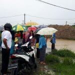 Warga melihat proses evakuasi dua bocah yang tewas tenggelam di Cibitung, Kabupaten Bekasi.Istimewa
