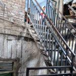 TANGGA SEKOLAH: Kondisi tangga sekolah yang terjal menjadi akses lalu-lalang bagi warga sekolah. FOTO: SARAH ASIFA/RADAR CIANJUR