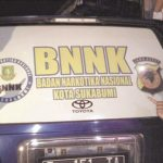 DIPERTANYAKAN: Anggota IPNU Kota Sukabumi menunjukkan mobil operasional BNN Kota Sukabumi yang diduga sering digunakan untuk kepentingan pribadi.