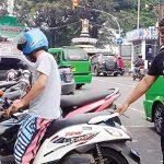 TEKUN : Kusuma Hartanto Warga Jalan Aminta Ajmali No.12 RT5/9, Kelurahan Sriwedari Kecamatan Gunungpuyuh, Kota Sukabumi tengah mengatur parkiran di Jalan RE Martadinata, (23/2).