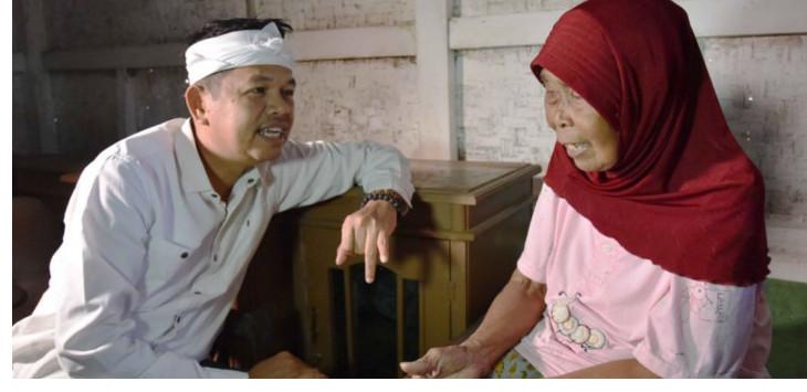 Mak Iwik, nenek berusia 131 tahun warga Tasikmalaya saat berbincang dengan Dedi Mulyadi./Foto: Istimewa